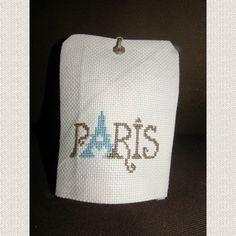 Porte senteur au motif brodé au point de croix à la main. Il s'agit d'un petit coussin où vous glissez un sachet de lavande, menthe, anis, cannelle, ou autre. S'accroche à une  - 11786145