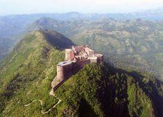 Voici la forteresse Laferrière, elle a été construite au XIXe siècle suite à la guerre d'indépendance. C'est un lieu qui témoigne de l'ère Christophienne. Cette forteresse devait permettre à Haïti de se défendre si les Français revenaient attaquer. Sa taille impressionnante permettait d'abriter jusqu'à 10 000 personnes. Les gens qui ont été utilisé pour bâtir cette immense forteresse ont vécu un autre genre d'esclavage puisqu'ils n'étaient pas mieux traiter qu'à l'époque où ils étaient…