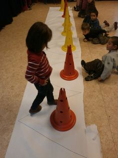 Marcher sur une ligne brisée Gross Motor Activities, Gross Motor Skills, Pe Ideas, Pre Writing, Exercise For Kids, Preschool Kindergarten, Reggio, Book Making, Montessori