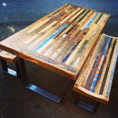 Esta mesa está construida con toda la madera reciclada de graneros y edificios de todo Estados Unidos. Con todas las piezas recicladas ninguna tabla se verá siempre la misma y toda la madera será de lugares diferentes y varían en color. Habrá marcas de carácter - incluyendo viejo