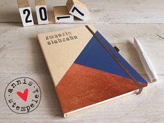 taschen-/buchkalender für das jahr 2017, in deutscher und englischer sprache.  entworfen und gestaltet mit herz und hand: mit grafikflächen in kupfer und dunkelblau.  der kalender ist aus...