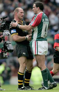 Lawrence Dallaglio and Martin Johnson shake hands