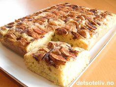 Fantastisk deilig eplekake som inneholder vaniljesaus i kakedeigen! Kaken stekes i liten langpanne eller i stor, rund form. Apple Cake, Banana Bread, Nom Nom, French Toast, Food And Drink, Cooking Recipes, Sweets, Goodies, Baking