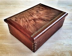 This wooden document box with round finger joints was made on commission by Timber & Tailor.