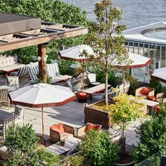 Soho House adds colourful rooftop to Dumbo House in Brooklyn Outdoor Restaurant Design, Terrace Restaurant, Soho House Restaurant, Outdoor Areas, Outdoor Seating, Soho House Barcelona, Brooklyn Neighborhoods, Rooftop Garden, Rooftop Bar