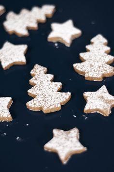 Receita fácil e deliciosa de Biscoito Natalino, com apenas quatro ingredientes. Perfeita para um presente de última hora!