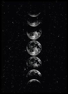 Belle affiche de lune dans un ciel étoilé. Cette image jolie et paisible sera superbe dans n'importe quelle pièce. S'accorde à tous les styles de décoration. Elle se mariera également très bien à nos autres posters graphiques et à nos affiches à texte. Superbe dans un cadre doré ! Inspiration décoration murale   Tableaux muraux   Desenio.fr Sky Moon, Moon Art, Stars And Moon, Moon Phases Art, Wallpaper Sky, Moon And Stars Wallpaper, Poster Online, Kunst Online, Black Aesthetic Wallpaper