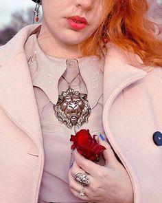 Fériel de @matoushisleblog nous fait l'honneur de porter avec élégance et originalité son collier lion et sa bague épi de la collection @lottadjossou pour le challenge @frenchcurvesfashion !  Tu es resplendissante ❤ Découvrez l'intégralité du shooting sur son blog ( lien dans sa bio )  : l'amoureux   #lottadjossouparis #lottadjossou #frenchcurves #beauty #challengefrenchcurves #frenchblogger #love #redlip #artnouveaujewelry #handcrafted  #artnouveauinspired #madeinfrance #paris