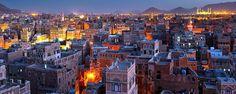 Découvrez la vieille ville de Sanaa ! Capitale du Yémen, Sanaa se perche à 2200 mètres d'altitude. Avec ses constructions en pisée et son décor en pain d'épices, cette dernière fut inscrite au patrimoine mondial de l'Unesco en 1986 - #easyvoyage #easyvoyageurs #clubeasyvoyage #terresdevoyages #travel #traveler #traveling #travellovers #voyage #voyageur #holiday #holidaytravel #tourism #tourisme #sanaa #yemen