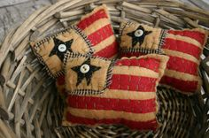 Mini Primitive American Flag Pillows by uneekpillows on Etsy Americana Crafts, Patriotic Crafts, Patriotic Decorations, July Crafts, Primitive Crafts, Snow Decorations, Primitive Pillows, Craft Font, Art Fil