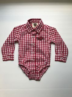 Get your little ones game day ready in the Checkered Razorback Onesie! Button down with embroidered Razorback. Snaps at the bottom for easy diaper changes. 100% Cotton Fits true to size