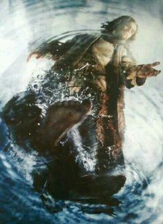 Mateo 14:25-27  Mas a la cuarta vigilia de la noche, Jesús vino a ellos andando sobre el mar. Y los discípulos, viéndole andar sobre el mar, se turbaron, diciendo: ¡Un fantasma! Y dieron voces de miedo. Pero en seguida Jesús les habló, diciendo: ¡Tened ánimo; yo soy, no temáis! ♔