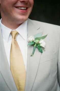 Cream floral boutonniere and a gold neck tie for the groom #wedding #gold #goldwedding #groom #boutonniere
