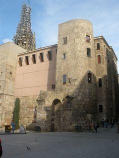 La muralla romana de Barcelona convirtió, la entonces Barcino, en una fortificación que llegó a alcanzar 1.350 metros de perímetro, con 74 torres, muros de hasta 8 metros de altura, protegiendo así a la ciudad durante más de 600 años. Hasta la década de los años 1850, la ciudad había estado rodeada por las murallas, y su derribo significó el principio del crecimiento del casco urbano y la apertura al exterior.