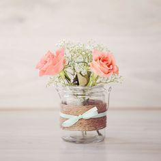 (hang)vaasje met mint-groen strikje en koraal kleurige roosjes en gipskruid