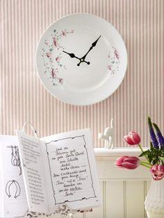 Aus alt mach neu: Man nehme einen alten Porzellanteller, verziert ihn mit hübschen Blumen und verseht ihn mit einem Uhrwerk und fertig ist die neue Uhr.