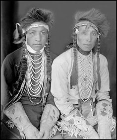 Crow young men Isaac Plenty Hoops (or Plenty Coups) and Fred Dawes. Native American Children, Native American Beauty, Native American Photos, Native American Tribes, Native American History, American Symbols, American Women, American Art, Crow Indians