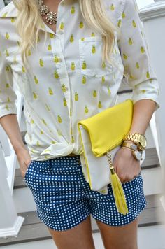 Love the preppy look of pineapples and gingham with a pop of color in the bag! Preppy Mode, Preppy Style, Style Me, Looks Chic, Looks Style, Pineapple Shirt, Look 2015, Moda Formal, Bcbg