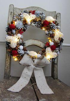 Vánoční+věnec+*+svítící+*+s+velkými+srdíčky+-+velký+masivní+věnec+z+přírodního+materiálu,+doplněno+led+žárovečkami,+srdíčky,+klubíčky+z+vlny,+sněhovými+koulemi+-+hřejivá+vánoční/zimní+dekorace+-+zapínání+led+světýlek+je+umístěno+pod+ručně+šitou+mašlí+(lněná+se+zlatými+hvězdičkami)+-+včetně+tužkových+baterií,+stačí+jen+zapnout+a+rozsvítit... Christmas Wreaths, Holiday Decor, Home Decor, Christmas Garlands, Homemade Home Decor, Holiday Burlap Wreath, Decoration Home, Interior Decorating