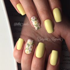 Wonderful looking yellow rose nail art design . this very bright looking nail art design looks very fun to do and it makes your nails seem very alive. The flowers are painted in white amidst the paste yellow matte colors of the other nails which makes it look perfect.