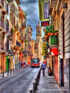 Valencia, España, Barrio del Carmen, Fotografía artística, urbana, callejera, bus rojo, tiendas. de Realzamostusfotos en Etsy https://www.etsy.com/es/listing/184539814/valencia-espana-barrio-del-carmen