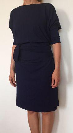 Tmavomodré šaty s výstřhem a páskem