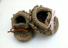 Dos patuquines preciosos para bebés, con el lacito marrón para los niñosy en rosita para las niñas. #Hechoamano