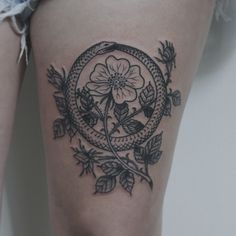What does ouroboros tattoo mean? We have ouroboros tattoo ideas, designs, symbolism and we explain the meaning behind the tattoo. Mini Tattoos, 12 Tattoos, Rosen Tattoos, Neue Tattoos, Flower Tattoos, Black Tattoos, Body Art Tattoos, Tatoos, Piercings