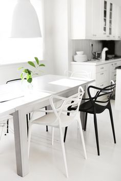 This is a great example that less really can be more with this monochromatic small dining area. The black and white Kartel Master chairs — another great creation with a Philippe Starck's touch — perfect match in this decor idea. ➤ Discover the season's newest designs and inspirations. Visit us at www.moderndiningtables.net #diningtables #homedecorideas #diningroomideas @ModDiningTables
