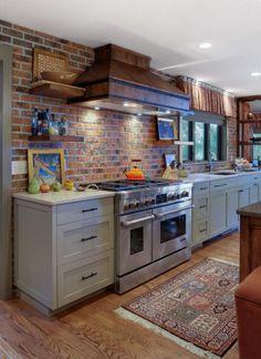 Vidéki konyha egyedi bútorokkal, tégla dekorációval - otthonos és látványos