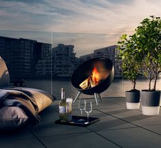 Night with friends! And fireglobe: an essential for autumn nights. #outdoor #design #fireplace #decoration #evasolo Find out: https://pt.pinterest.com/pin/262475484512875887/