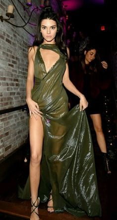Kendall Jenner wore a sheer green custom Atelier Versace gown at this year's Victoria's Secret Fashion Show after party - click and see more model style pictures Más Fashion Shows 2015, Fashion Models, Fashion Blogs, Fashion Clothes, Women's Fashion, Kendall Jenner 2017, Versace Gown, Party Frocks, Julien Macdonald