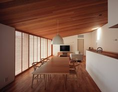 The natural wood on the floor and ceiling is very characteristic of the style, as well is the light feeling. Japan Interior, Home Interior, Interior Design Living Room, Japanese Modern House, Japanese Home Design, Modern Architecture House, Interior Architecture, My Living Room, House Rooms