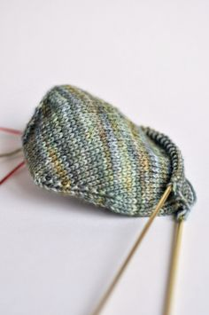 In THe LooP - Vers l'infini et au delà ! Loom Knitting, Knitting Socks, Knitting Stitches, Knitted Hats, Crochet Wool, Diy Crochet, Magic Loop, Knit Picks, Quilting Tips