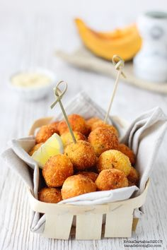 Polpette di zucca e patate - Pumpkin and potatoes balls Quiche, New Recipes, Favorite Recipes, Party Recipes, Veggie Meatballs, Pizza Snacks, Food Obsession, Antipasto, Sweet And Salty