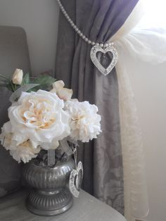 Decorative curtain tieback faux pearls, vintage crystals, shabby chic, heart, drapery holder, curtain, vintage drops  This curtain tieback is an original an chic idea for tying curtains in no time with style. Made with LUMINOUS white big faux pearls and and glass drops inserted into a shabby chic tole dange heart. It will add an elegant touch to your curtains. The listing is for 1 decorative tiebacks, but you can order more. Silver plated rings to be hung at your wall hooks.  Length: 31.49…