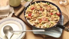 Eine Bratwurst-Spätzle-Pfanne ist ein buntes Gemisch aus Gemüse, Spätzle und Wurst. Einfach lecker von MAGGI.