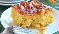 Μια τέλεια πίτα με ζυμαρικά. Μια εύκολη συνταγή για μια πεντανόστιμη πίτα με πέννες, πιπεριές, μπέικον, φέτα και γραβιέρα. Ένα υπέροχο, χορταστικό και γευστικότατο πιάτο για να το απολαύσετε στο καθημερινό οικογενειακό γεύμα ως συνοδευτικό