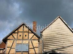 Giebel alter Bauernhäuser vor Regenwolken in Salzböden bei Lollar in Hessen