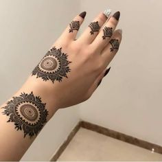Beautiful Easy Finger Mehndi Designs Styles contains the elegant casual and formal henna patterns to try for daily routines Round Mehndi Design, Mehndi Designs Front Hand, Modern Henna Designs, Simple Arabic Mehndi Designs, Finger Henna Designs, Henna Tattoo Designs Simple, Mehndi Design Pictures, Henna Art Designs, Mehndi Simple
