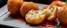 Olasz rizsgolyó, avagy arancini háromféle sajttal: belül krémesre, kívül ropogósra sül - Receptek | Sóbors Mozzarella, Cornbread, Baked Potato, Mashed Potatoes, Cauliflower, Baking, Vegetables, Ethnic Recipes, Food