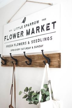 Make your own DIY vintage flower market sign - Free design included! This simple and sweet farmhouse sign is a super fun DIY home decor project you can get done in a day. The post contains a step-by-s Diy Home Decor Rustic, Home Decor Signs, Diy Home Decor Projects, Vintage Home Decor, Decor Ideas, Craft Ideas, Diy Decoration, Decorating Ideas, Craft Projects