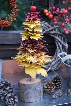 DIY autumnal tree made of leaves (felt and garden) Minimal Christmas, Simple Christmas, Handmade Christmas, Natural Christmas, Winter Wonderland Christmas, Noel Christmas, Love Decorations, Christmas Decorations, Decor Ideas