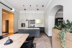 Ten apartament mieści się w pochodzącej z XIX wieku kamienicy w centrum Wilna. Właścicielom zależało na dodaniu mu nowoczesnego charakteru, przy jednoczesnym zachowaniu historycznych elementów. O pomoc w urządzaniu wnętrza poprosili lokalną projektantkę Kristinę Lastauskaitė