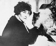 A escritora francesa Sidonie Gabrielle Colette posa ao lado de seu gatinho. Ficou famosa pelo romance 'Chéri', no qual descreve o relacionamento entre uma mulher e um homem 24 anos mais jovem.