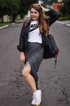 Look Street Sport: Saia Midi é sempre uma polêmica. Por aqui ela faz a minha cabeça e adoro apostar em composições com ela. Dessa vez, resolvi misturá-la com um All Star de cano médio branco com uma jaqueta de couro e uma camiseta da Nike!