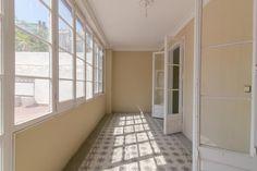 Piso en venta en #Barcelona #Esquerra del Eixample    En pleno corazón del Eixample, en calle Mallorca esquina con calle Aribau, nos encontramos con este piso de 117m2 con tres habitaciones (dos dobles y una individual), un salón-comedor de 20m2 con salida a gran terraza de 57m2, baño, aseo, lavadero y cocina independiente reformada. Finca regia.    SEP FINQUES   www.sepfinques.com  M: 677415782   Ronda Universitat 7 - BCN- info@sepfinques.com…