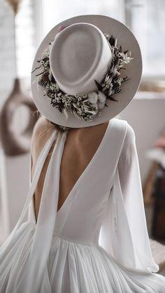 Chiffon Wedding Gowns, Boho Wedding Dress, Wedding Dresses, Unique Wedding Gowns, Wedding Simple, Terno Casual, Backless Gown, Bridal Hat, Plunging Neckline