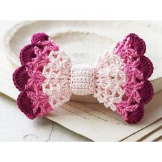 DIY cute lace accessory for hair Ombre hair bow - Crochet bow pattern. DIY cute lace accessory for hair Crochet Hair Bows, Crochet Hair Accessories, Crochet Girls, Cute Crochet, Crochet For Kids, Crochet Crafts, Crochet Flowers, Crochet Projects, Crochet Headbands