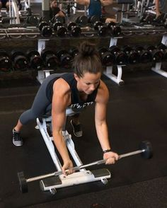 This bicep curl variation is very challenging. Using the bench will force you to isolate more of your biceps instead of swinging and momentum when you're standing Form tips Bicep And Tricep Workout, Biceps And Triceps, Back And Biceps, Sarah Bowmar, Yoga Health Benefits, Fit Girl Motivation, Lifting Motivation, Fitness Motivation, Physical Fitness